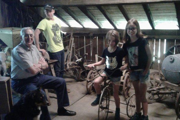 Im landwirtschaftlichen Museum: Aloys und Gary Jost mit Lena und Clara Maraite